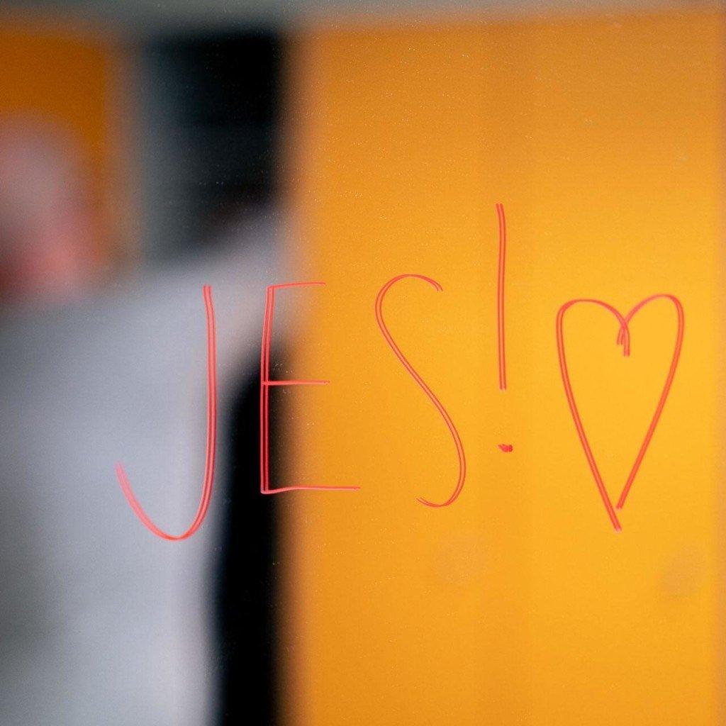 Peiliin on kirjoitettu: Jes! ja sydämen kuva.