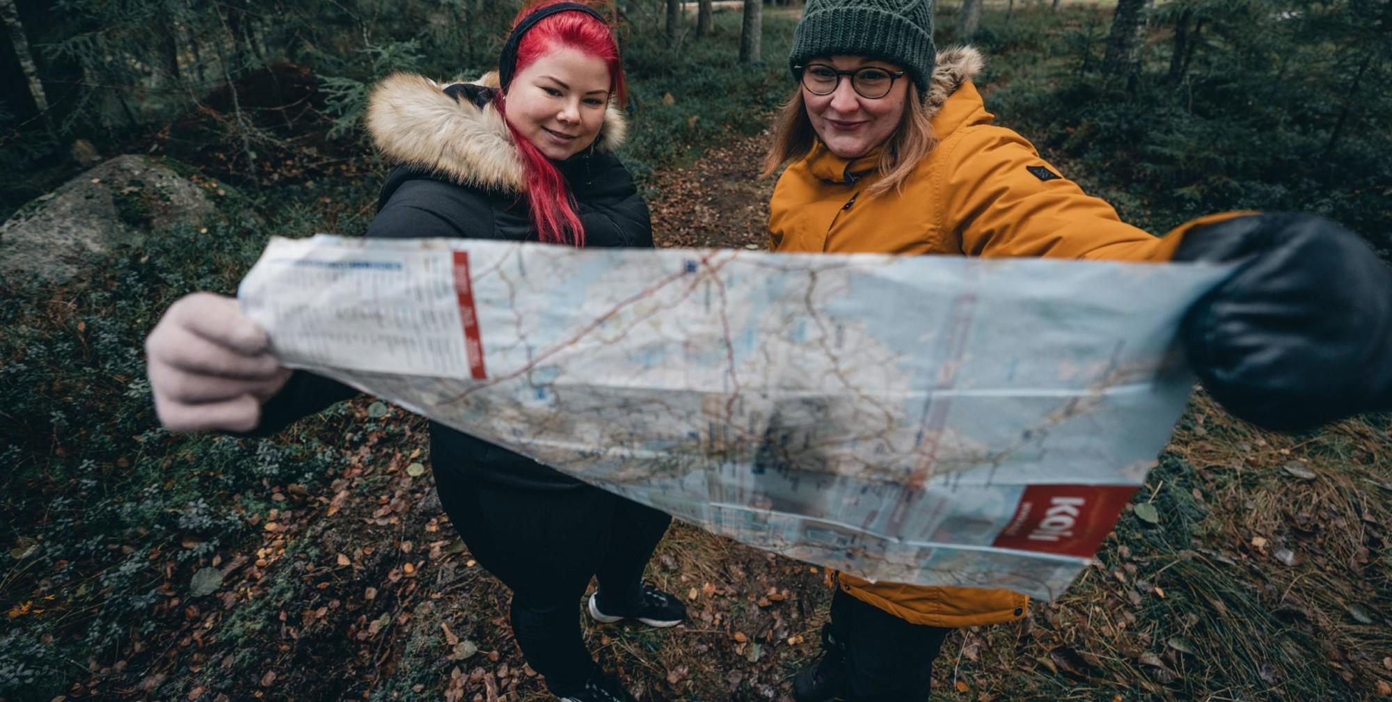 Kaksi naista katsoo karttaa.