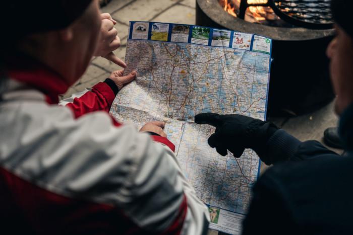 Kaksi henkilöä tarkastelee karttaa.